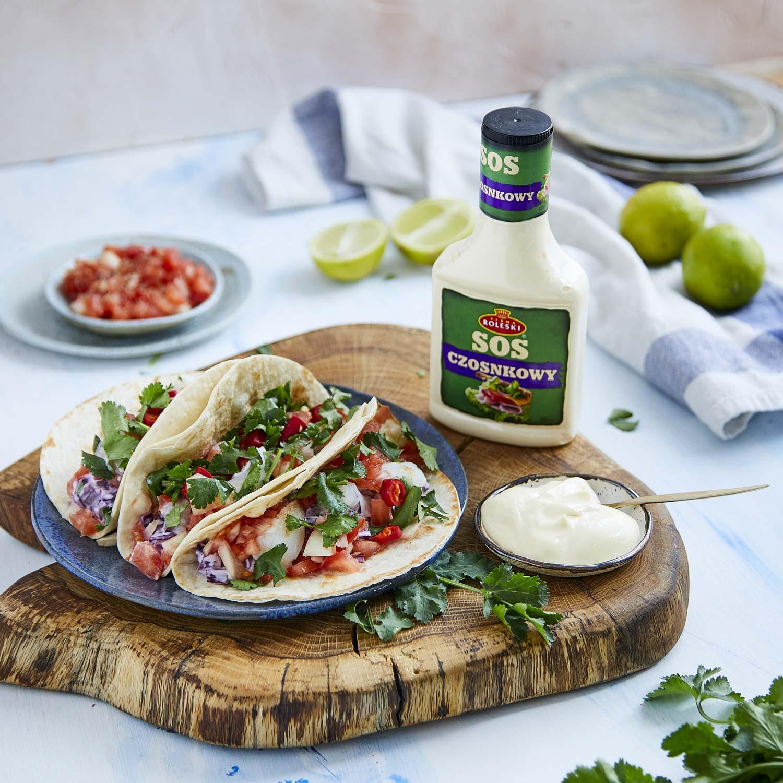 Meksykańskie baja tacos z salsą pomidorową i colesławem z czerwonej kapusty na domowych tortillach