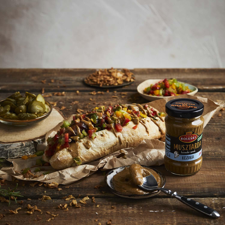Domowe hot-dogi z relishem z kolorowych papryk i prażoną cebulką