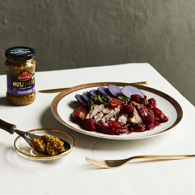 Pierś z kaczki z sosem śliwkowym, malinami i fioletowymi ziemniaczkami