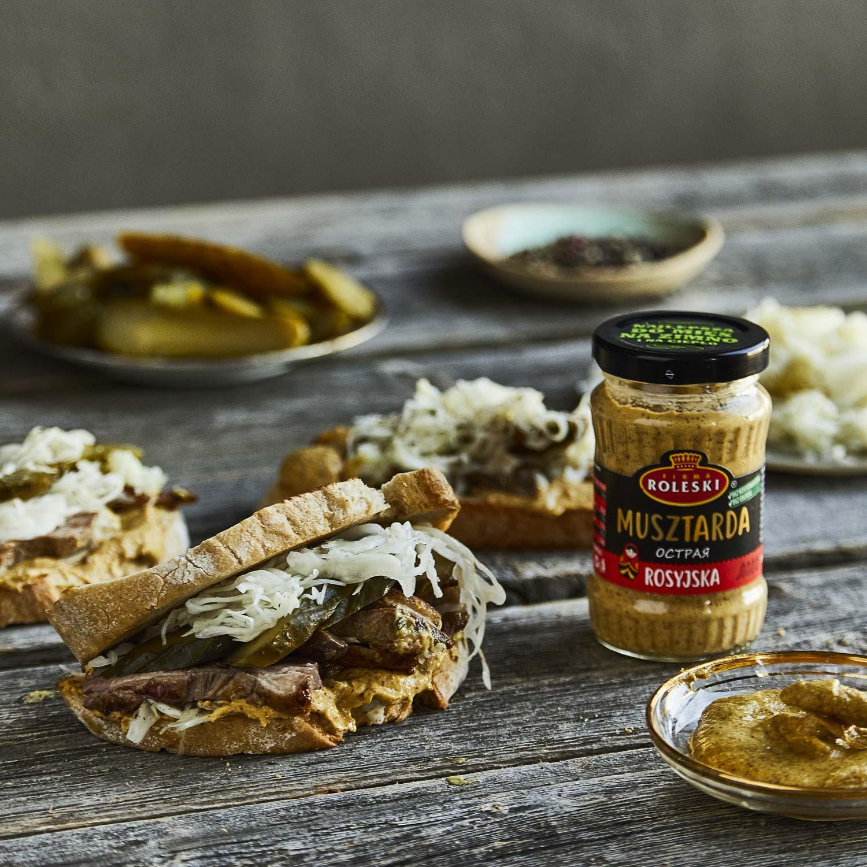 Wiejskie kanapki z rostbefem i kapustą kiszoną