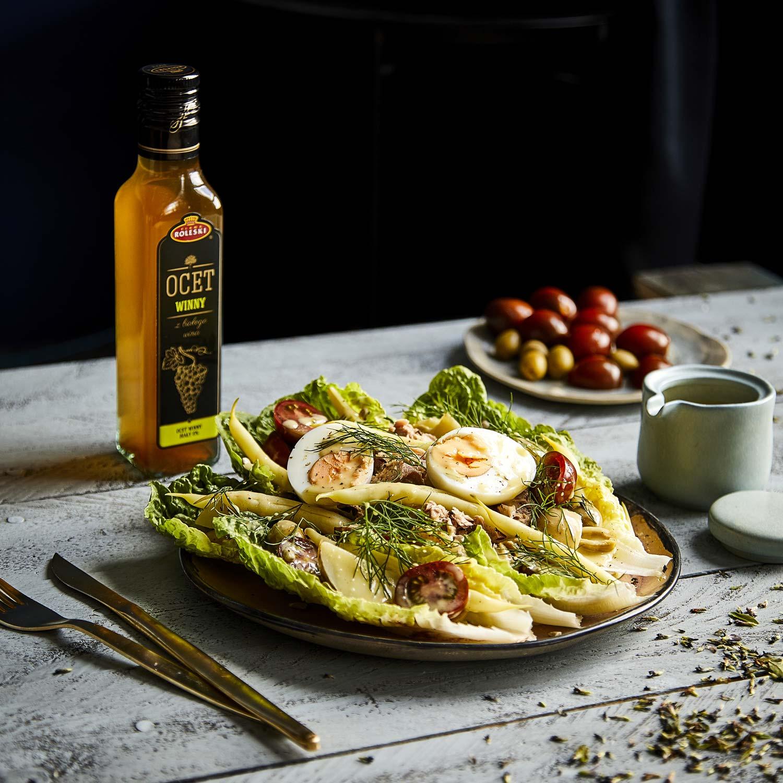 Sałatka nicejska z tuńczykiem, fasolką szparagową i jajkiem