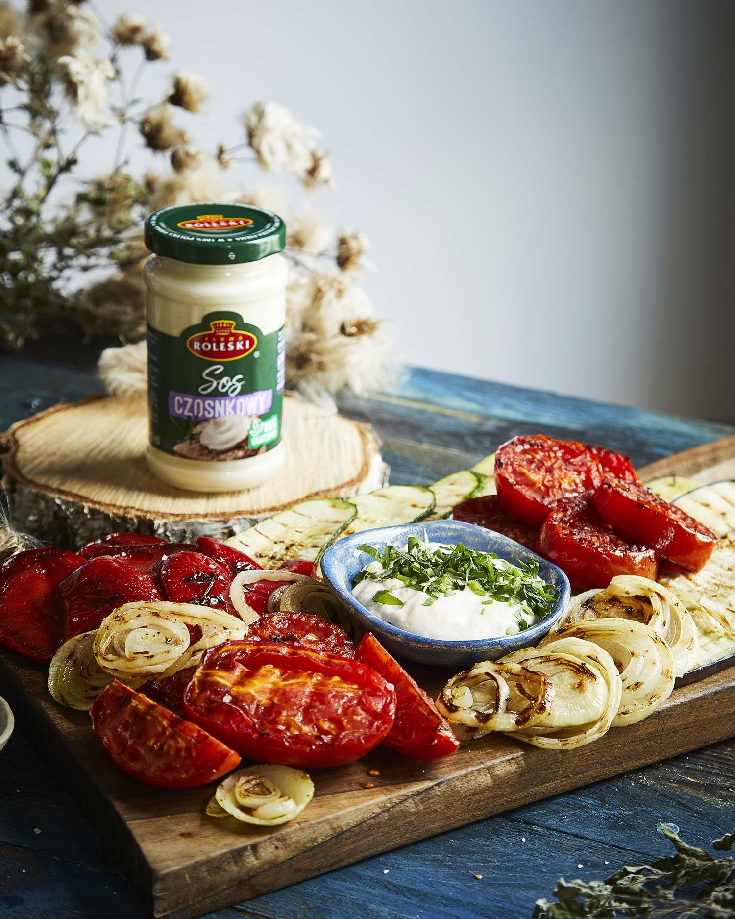 Deska grillowanych warzyw z sosem czosnkowym