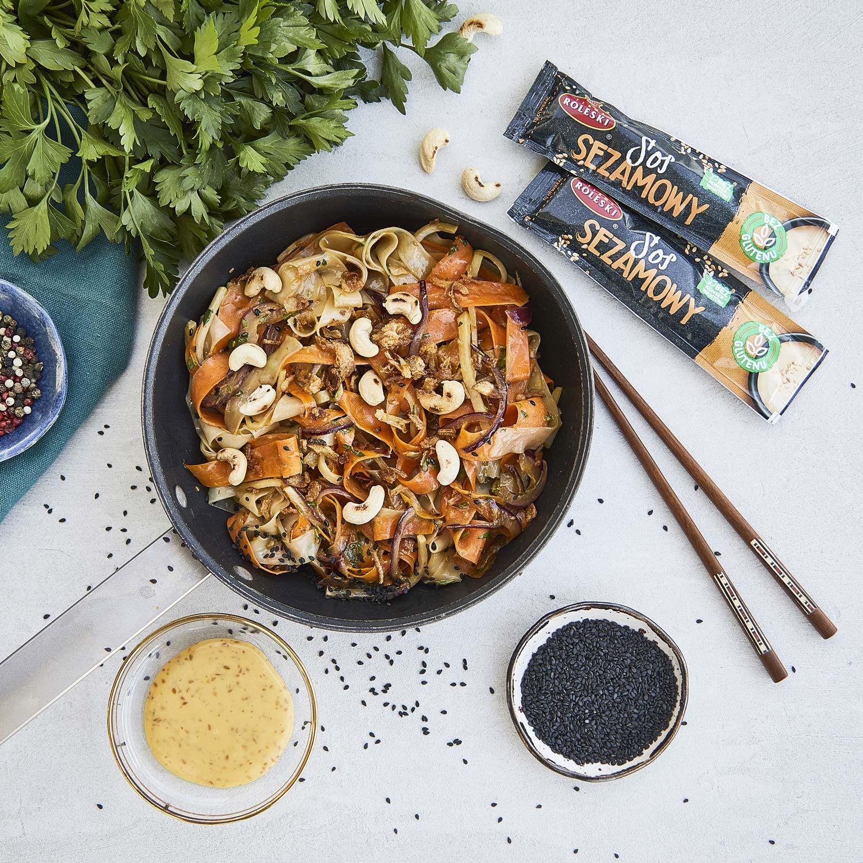 Stir-fry z makaronem ryżowym, kalarepą i marchewką w sosie sezamowym