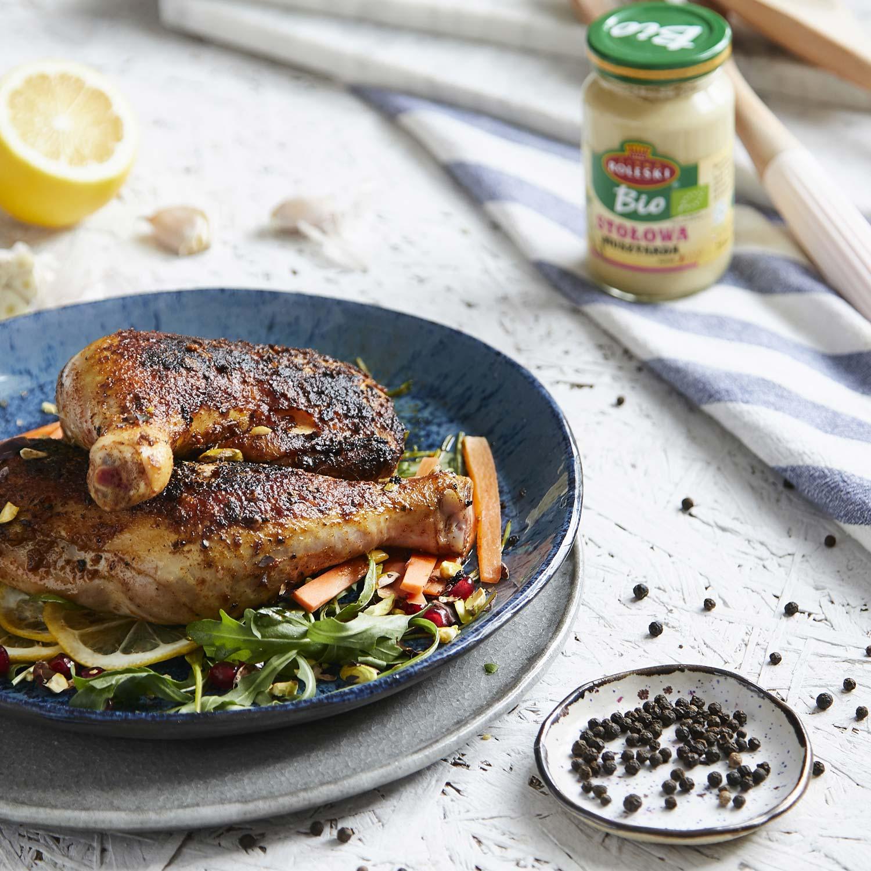 Chrupiące udka z kurczaka marynowane w musztardzie, podane na wiosennej sałatce z rukoli