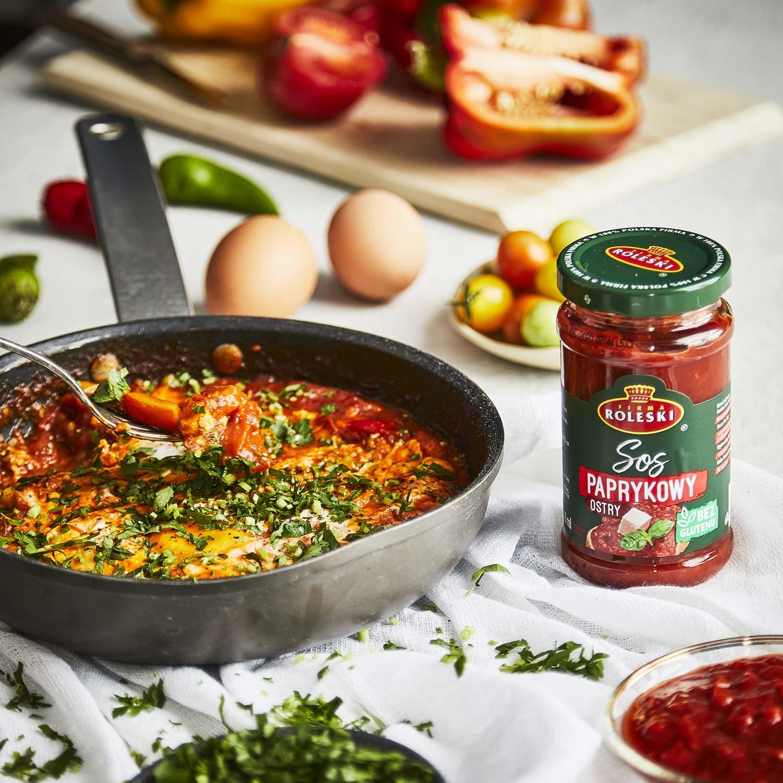 Śniadaniowa szakszuka z papryką i pomidorami