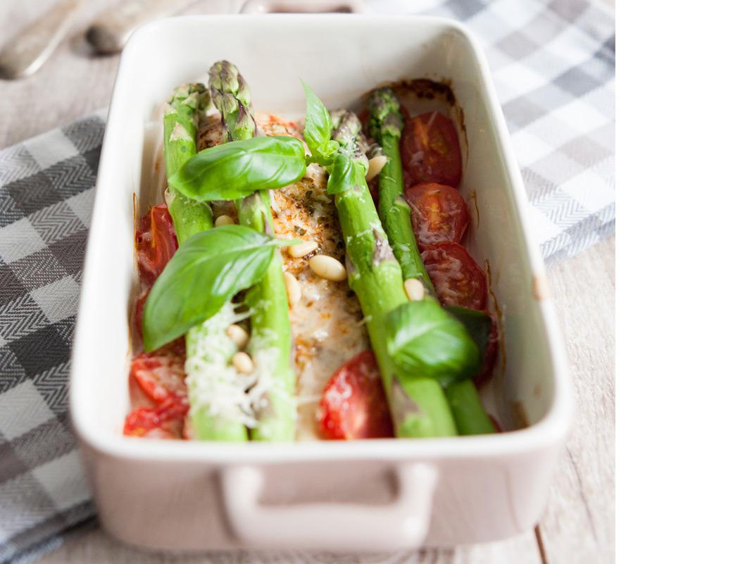 Kurczak z pomidorkami koktajlowymi, pod pierzynką ze szparagów, parmezanu i orzeszków pinii