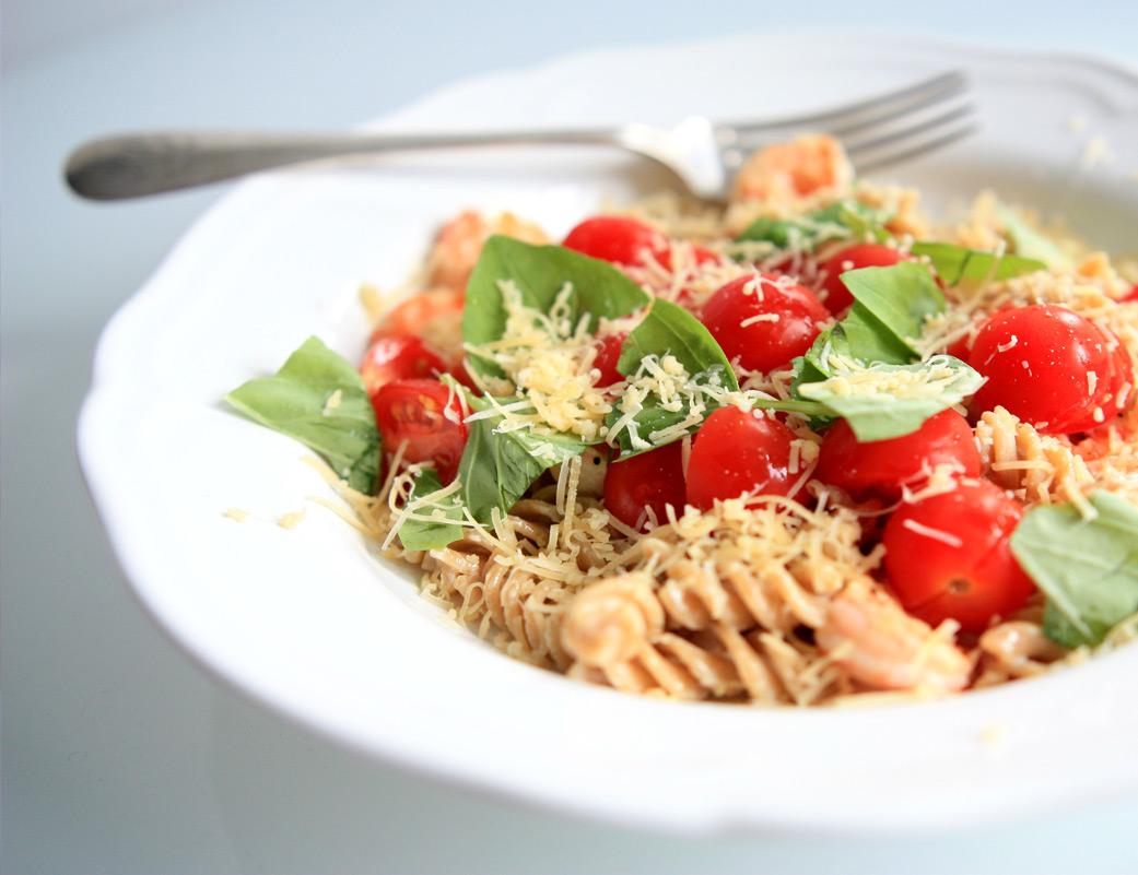 Makaron z krewetkami, pomidorkami cherry, bazylią i parmezanem