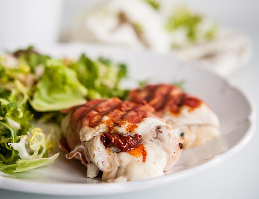 Roladki z kurczaka z mozzarellą i suszonymi pomidorami, owinięte szynką prosciutto