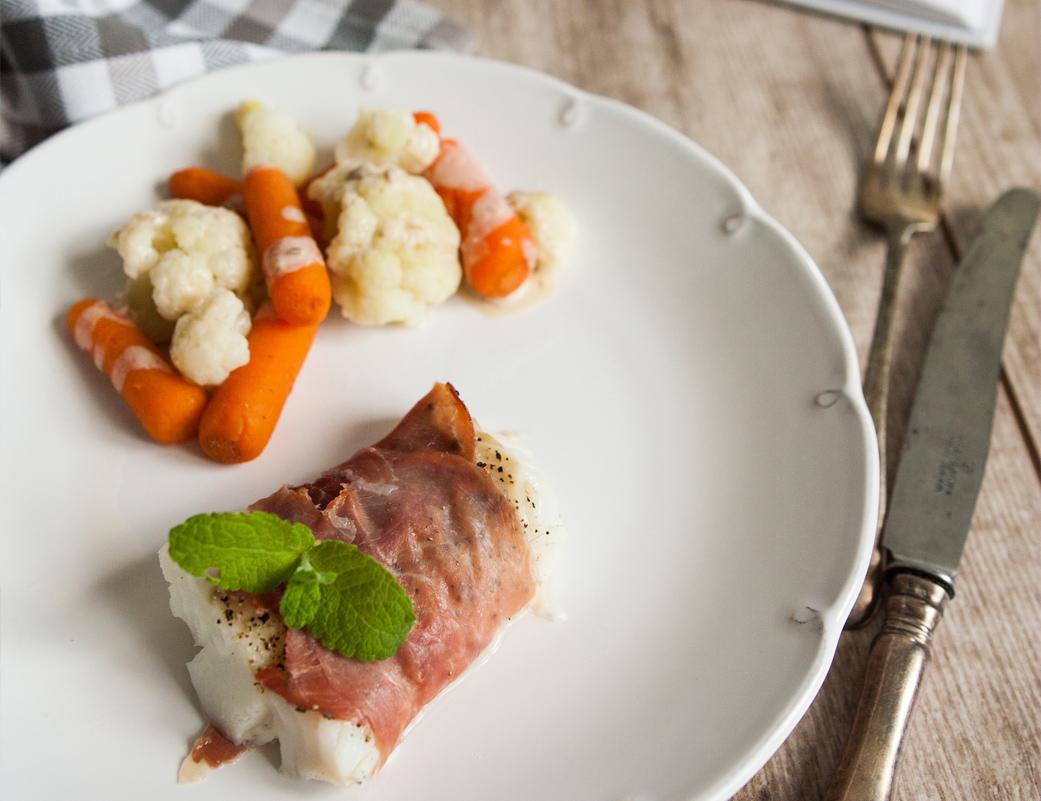 Ryba owinięta szynką parmeńską, na warzywach w sosie sezamowym