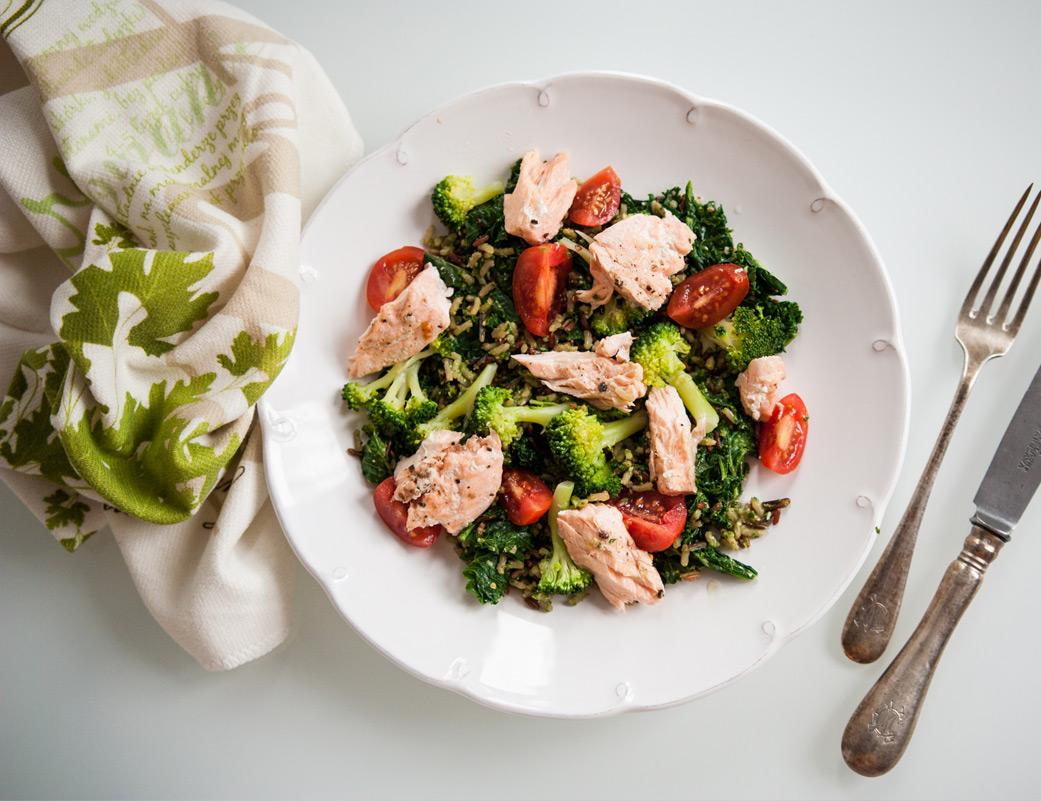 Sałatka z łososiem, ryżem, brokułami i pesto z jarmużu