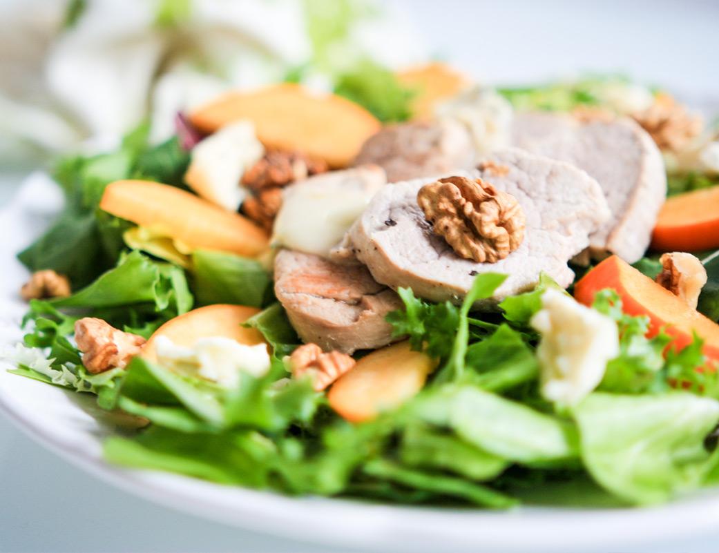 Sałatka z polędwiczką wieprzową, karmelizowanym owocem kaki, serem pleśniowym i orzechami włoskimi