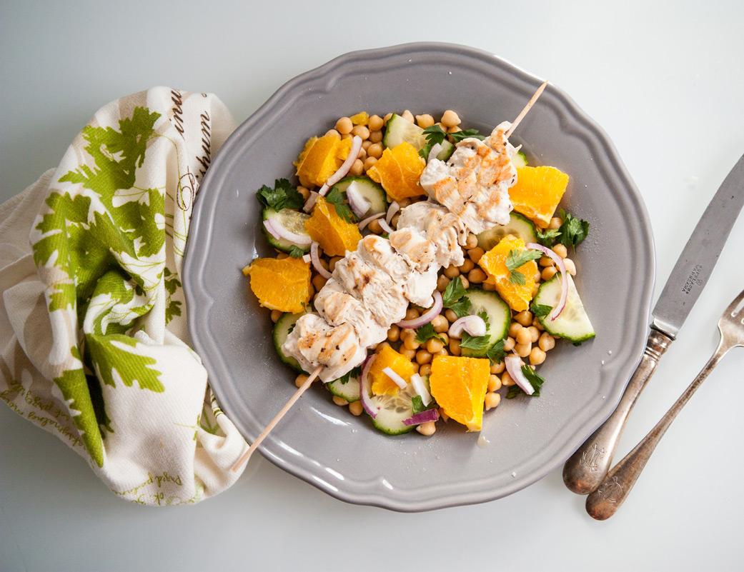 Szaszłyk z kurczaka na ciecierzycy, z dodatkiem pomarańczy, ogórka i pietruszki